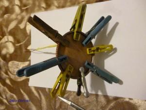 Подставка для куклы из закаточной крышки