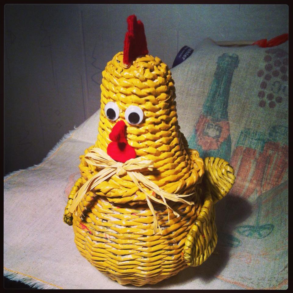 курица плетение из газетных трубочек